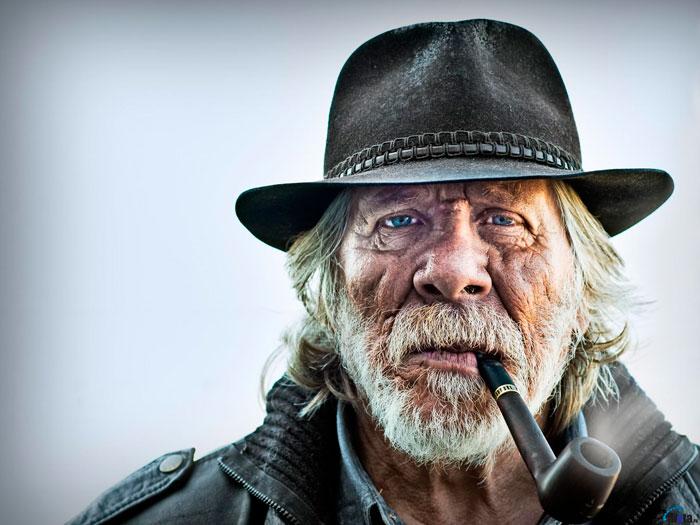 Старик курит