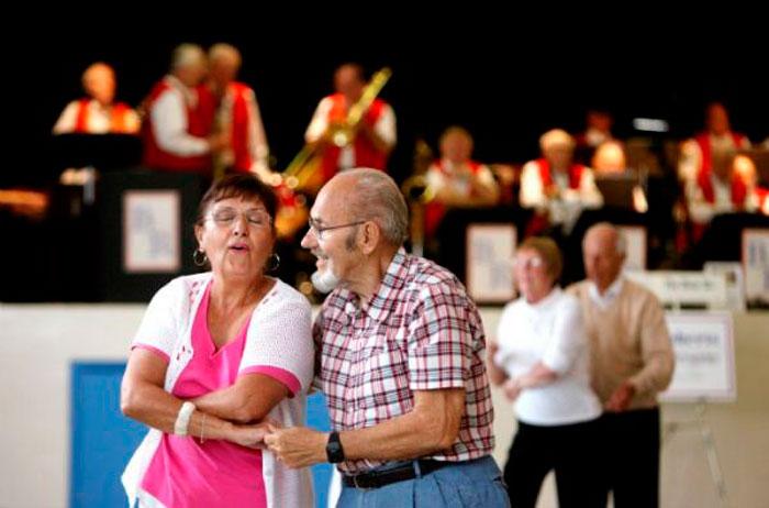 Фокстрот танцуют пожилые