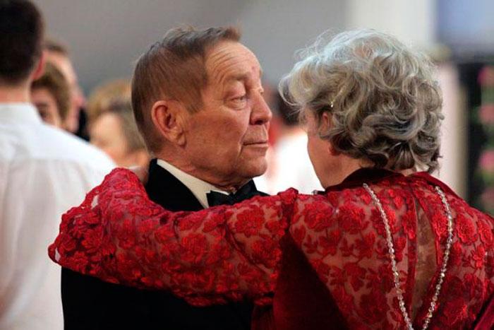 Вальс танцуют пожилые люди