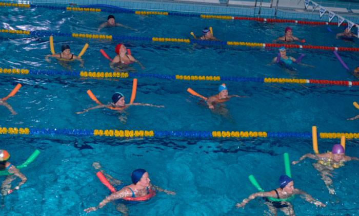 Занятие гимнастикой в бассейне