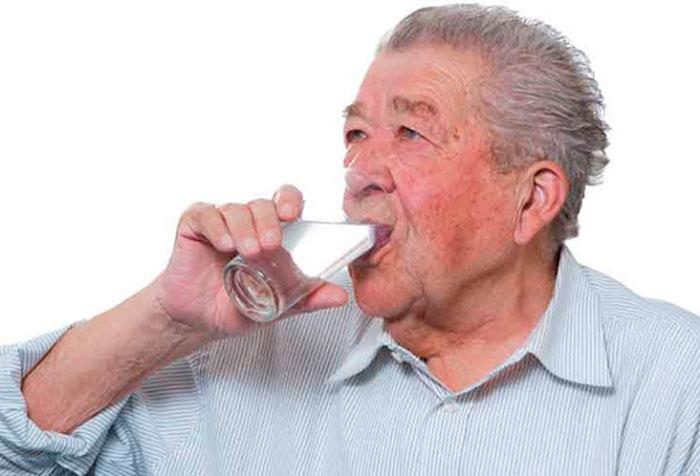 При запорах необходимо пить много жидкости