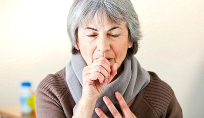 Сильный кашель - один из первых признаков пневмонии