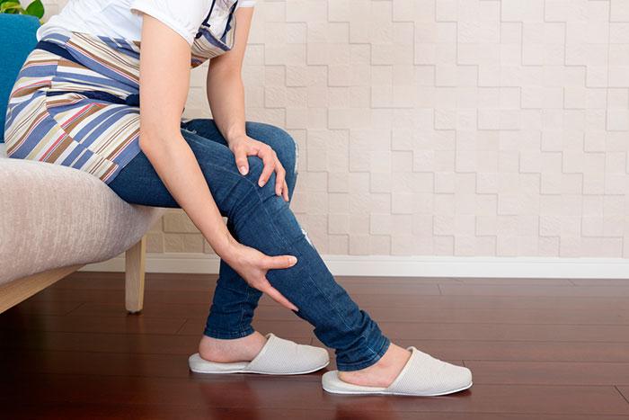 Болевые ощущения в ногах - один из симптомов синдрома Экбома