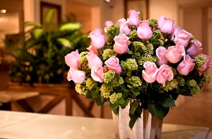 Цветы и внимание лучший подарок для бабушки на 8 марта