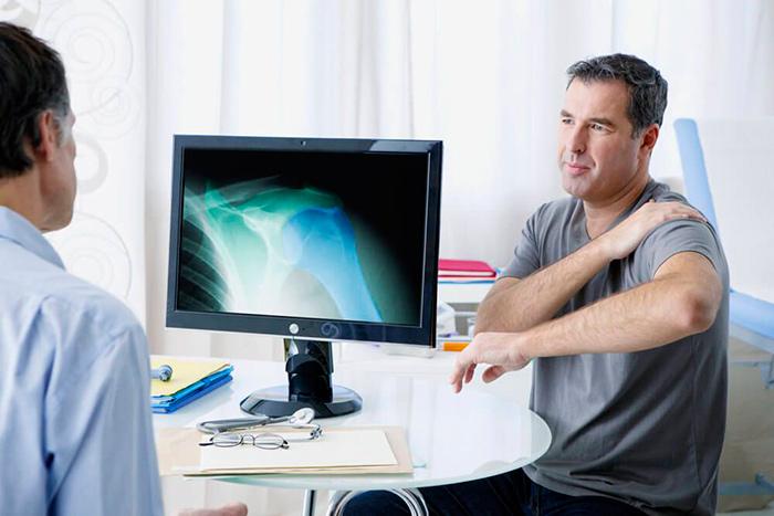 Диагностика врачом субакромиального бурсита плечевого сустава