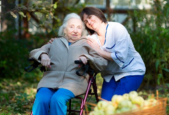 Прогулки с сиделкой порадуют пожилого человека