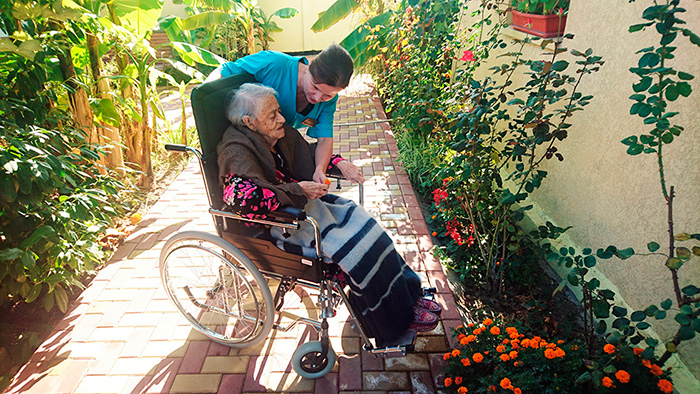 Прогулки важная часть ухода за больными Паркинсоном