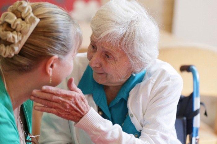 Больной деменцией с тельцами Леви перестает узнавать родных