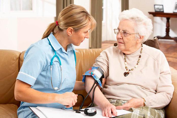 Измерение артериального давления у пожилых для контроля степени гипертонии