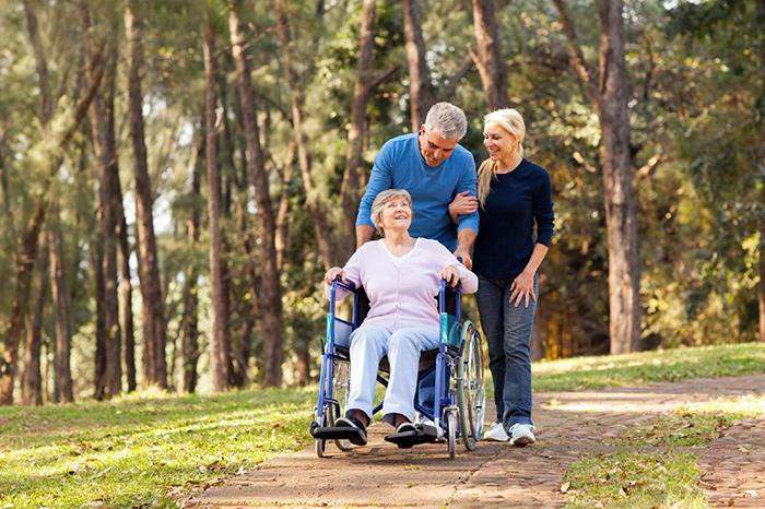 Прогулка инвалида 1 группы с семьей на предоставленном земельном участке