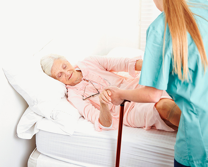 При ярко выраженной мышечной слабости пожилым людям необходима активная помощь