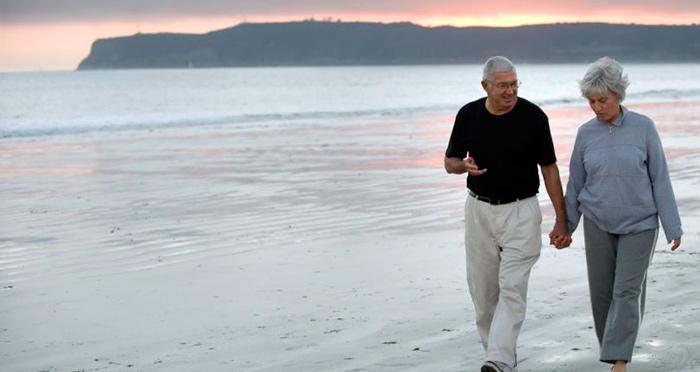 Прогулка пенсионеров на берегу черного моря в Болгарии
