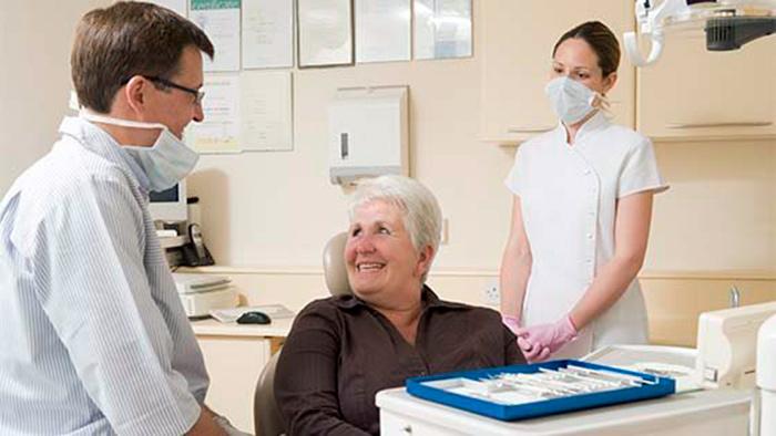 Врачи проводят льготное протезирование зубов инвалиду