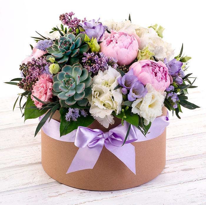 Букет цветов - станет отличным дополнением к основному подарку для бабушки