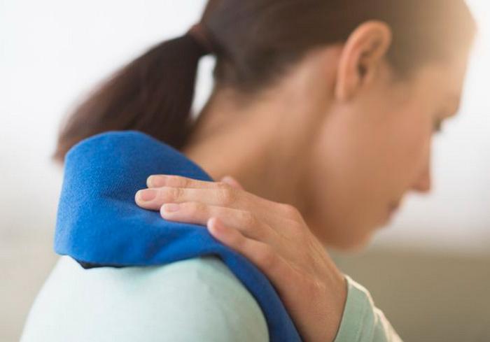 Компресс из нагретой соли и отварного картофеля для лечения миозита плеча
