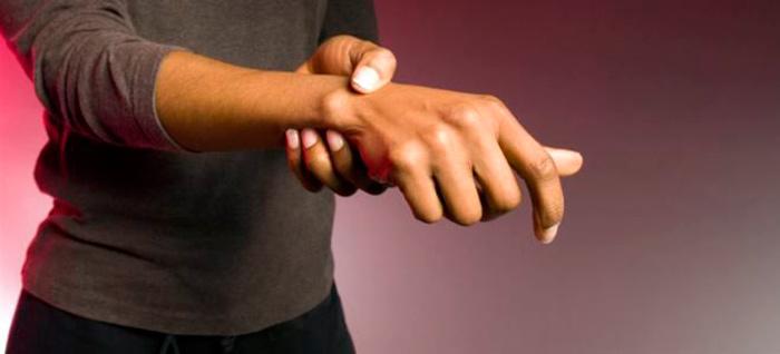 Болевые ощущения при гигроме лучезапястного сустава