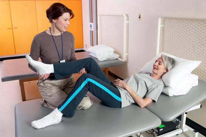 Оценка врачом подвижности тазобедренного сустава после эндопротезирования