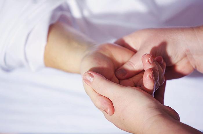Диагностика врачом белых пятен на пальцах рук